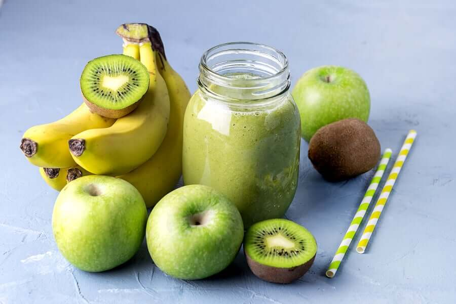 Смузи из банана киви и яблока