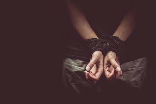 Веревка на руках и свобода