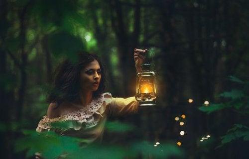 Женщина с фонарем