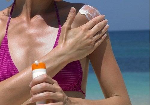 Обвисает грудь из-за пренебрежения солнцезащитным кремом