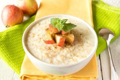 Полезный завтрак с овсянкой и фруктами