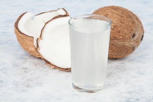 Кокосовая вода отлично насыщает организм влагой