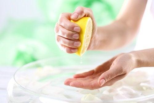 Рука выжимает лимон