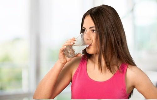 Пить воду и губы