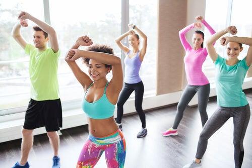 Люди занимаются зумбой потому что танцевать полезно