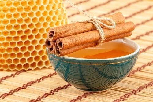 Средство из меда и корицы позволит убрать черные точки
