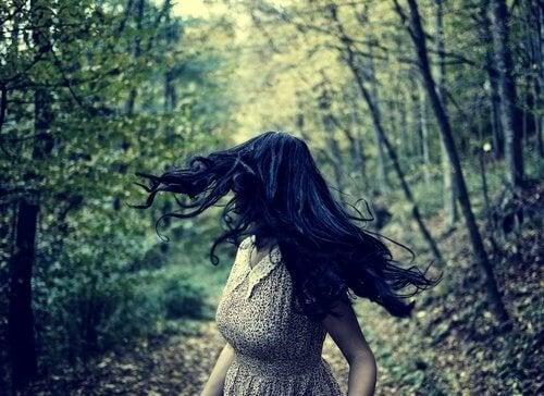 Женщина, бегущая в страхе