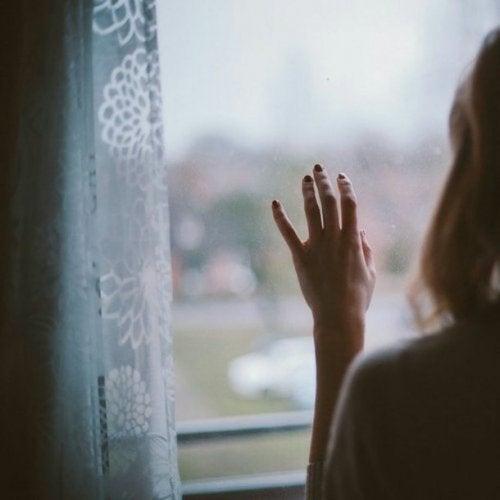 Женщина перед окном и душевное здоровье