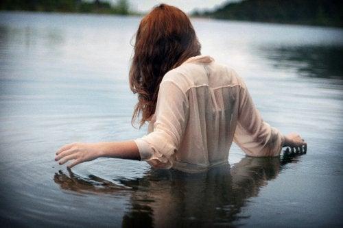 Женщина в воде и душевное здоровье