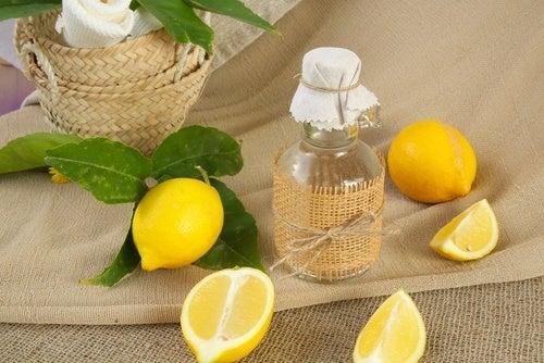 Лимон и белая одежда