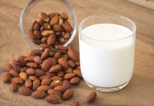 Напиток из куркумы и миндального молока