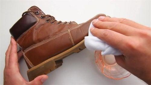 Яблочный уксус придает кожаной обуви блеск