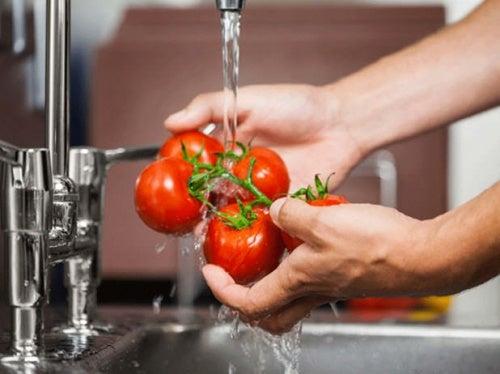 Яблочный уксус помогает дезинфицировать фрукты и овощи