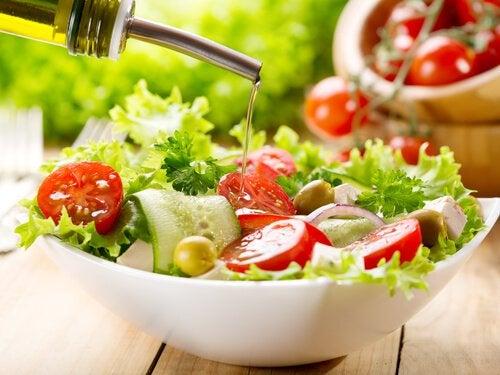 Свежие овощные салаты и пластиковая посуда