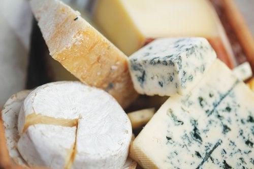 Сыр и пластиковая посуда