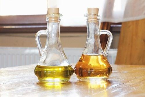 Уксус и масло и деревянная мебель