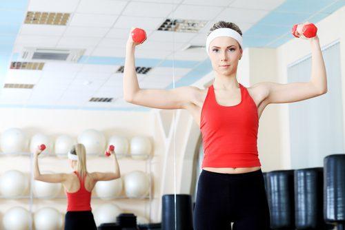 Боли в плечах и упражнения с гантелями