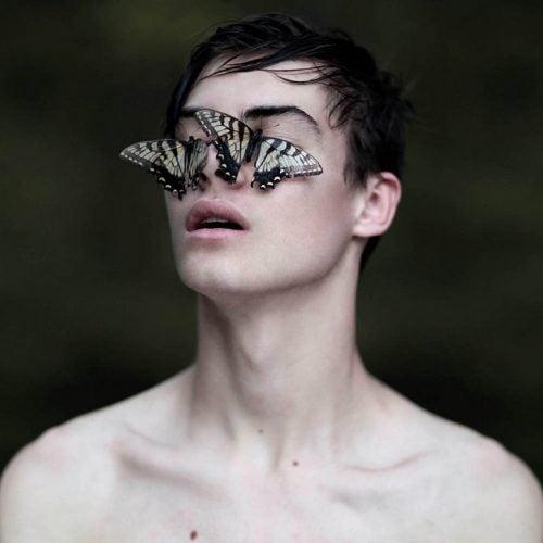 Парень с бабочками на глазах