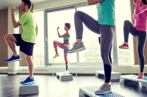 5 лучших аэробных упражнений для дома, которые помогают сжигать жир