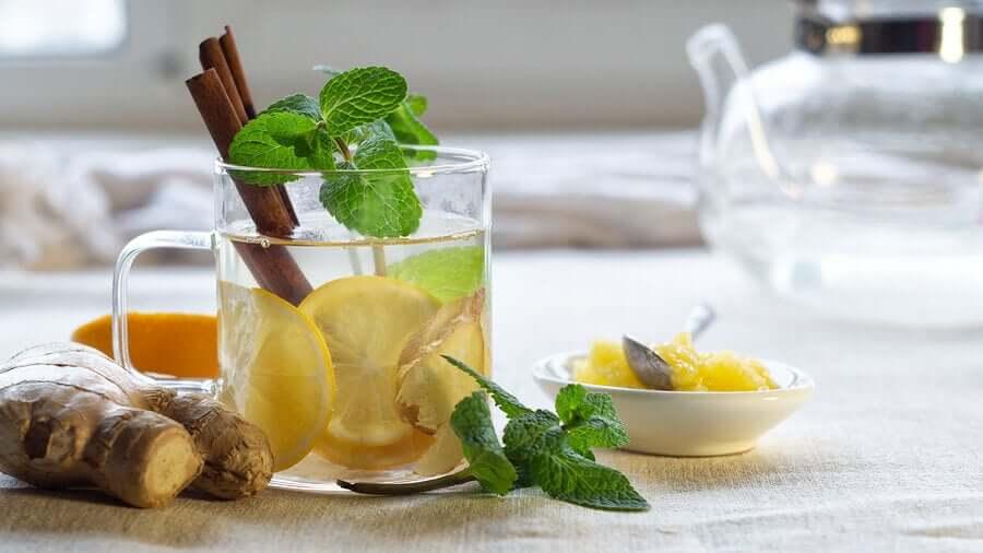 Вода с лимоном и корицей