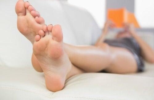 Ванночки для ног с уксусом удаляют неприятный запах