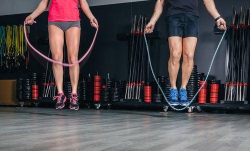 Прыжки через скакалку помогут избавиться от жира на животе