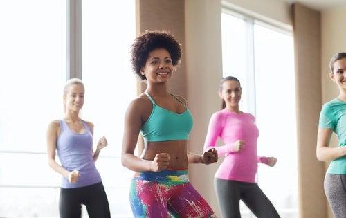 Танцы в группе помогут избавиться от лишнего жира