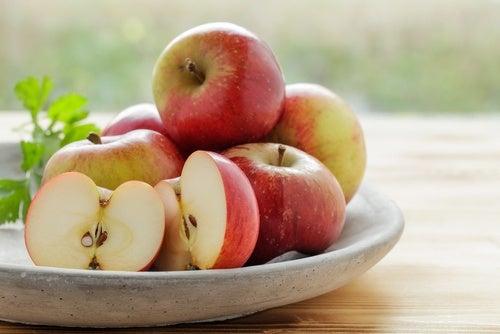 Блюдо с яблоками