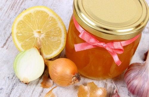 Мед и 5 средств из лука при выпадении волос