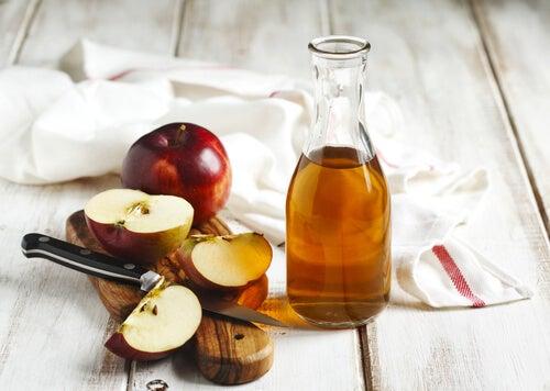 Яблочный уксус поможет избавиться от налета на зубах
