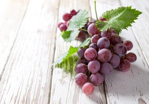 Виноград и ягоды