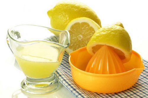 Отбелить подушки с помощью лимонного сока