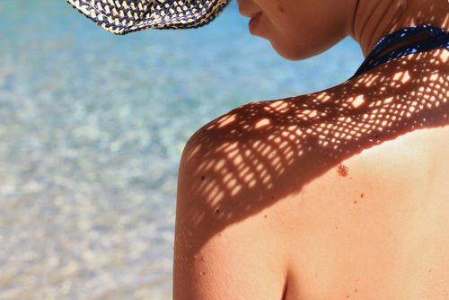 Как беречь кожу и грудь от солнца