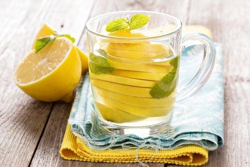Пей теплую воду с лимоном