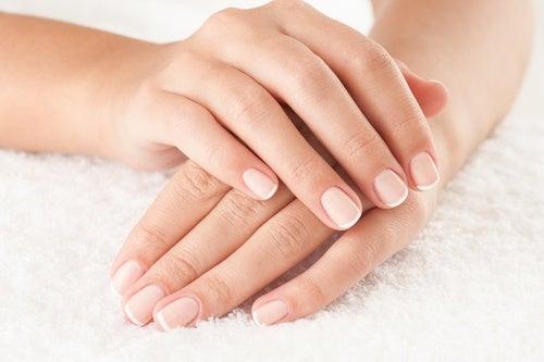 Руки на белом полотенце и перекись водорода