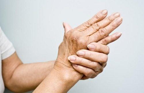 Лечение артрита: 6 масел, которые успокоят боли