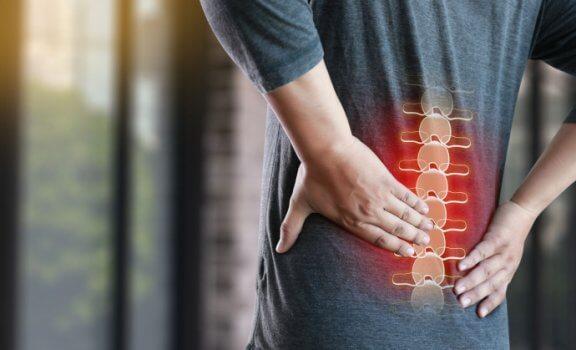 Боль в пояснице: 4 причины и 10 способов с ней справиться
