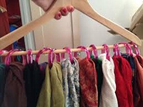 Одежда и платки на вешалках