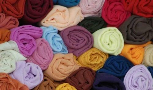 Складывать одежду в рулоны