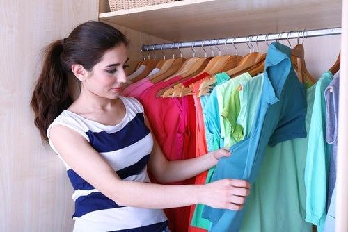 5 способов складывать одежду, чтобы освободить больше пространства в шкафу