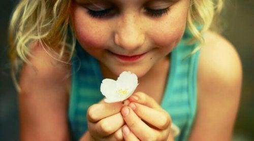 Девочка с цветком и флакон счастья