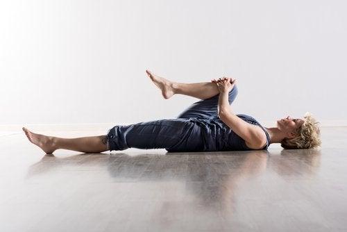 Колени к плечу и боль в мышцах