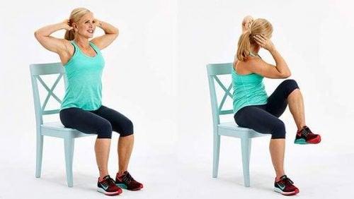 Упражнения со стулом помогут сжечь жир на животе