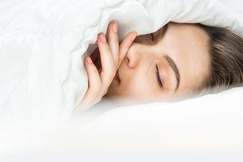 Как спать зимой? В теплой пижаме или под толстым одеялом?