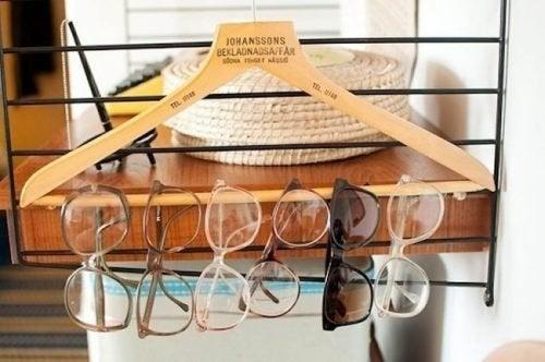 Очки на вешалке и порядок в доме