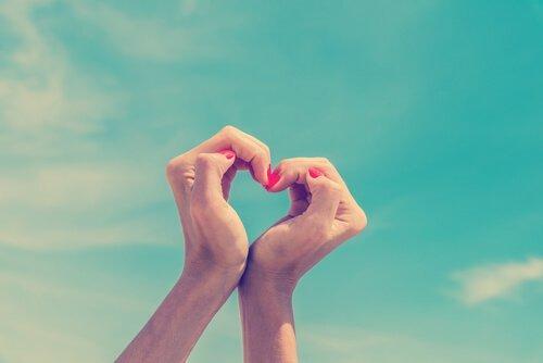 Руки сложили сердце
