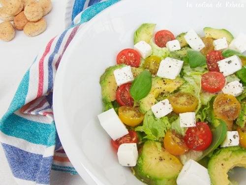 Салат из авокадо с томатами черри поможет убрать жир с живота