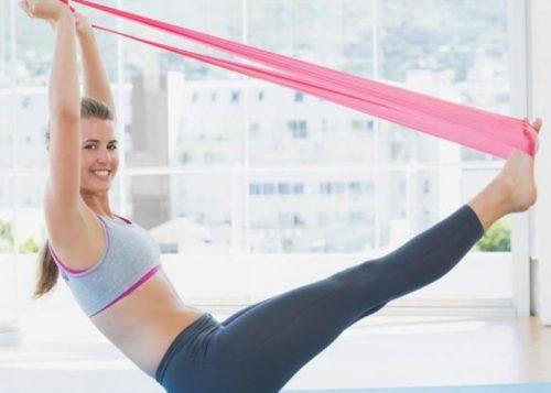 Упражнения с эластичной лентой помогут убрать жир с живота