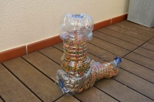 Кормушка для домашних животных и пластиковые бутылки