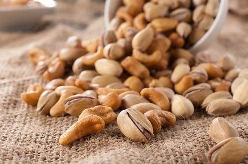 Почему необходимо вымачивать орехи и семена